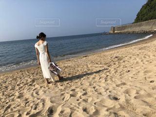 砂浜の上に立っている人の写真・画像素材[2909606]