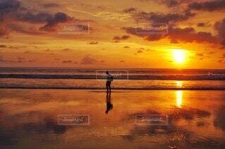 夕暮れのビーチを歩く人の写真・画像素材[4099273]