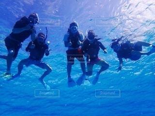 水中でシュノーケリングする5人の男の写真・画像素材[4144606]