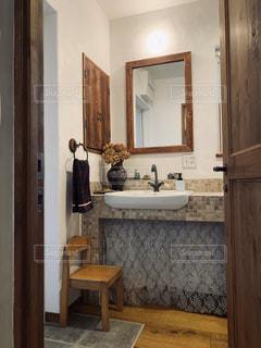 洗面台と鏡の写真・画像素材[2943616]