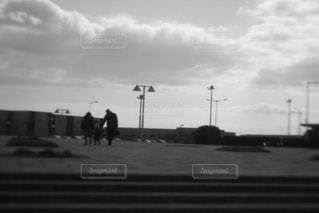 親子3人帰り道の写真・画像素材[2915076]