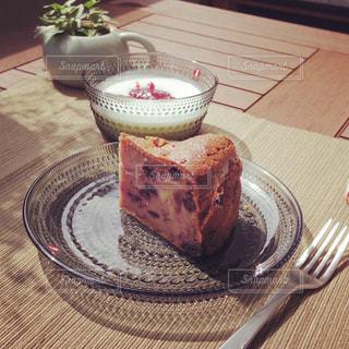 木製のテーブルの上に座っているケーキの写真・画像素材[3198948]