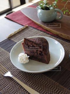 皿の上のケーキの写真・画像素材[3198949]