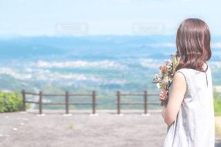 花束を持っての写真・画像素材[3102745]