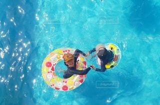 プールで遊ぶ姉弟の写真・画像素材[2953959]
