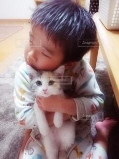 子ども,1人,猫,動物,かわいい,仲良し,ペット,人物,人,癒し,幼児,抱っこ,男の子,1匹,パジャマ,4歳,三毛猫,マンチカン,癒やし,飼い猫,ネコ,ハグ,室内飼い,ダイリュートキャリコ,情操教育