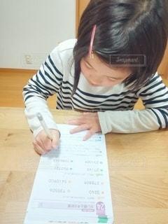 宿題をする小学生の写真・画像素材[2981062]