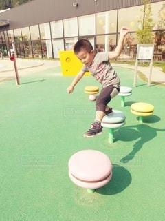 遊具で遊ぶ男の子の写真・画像素材[2981950]