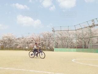 自転車に乗る少年の写真・画像素材[2981946]