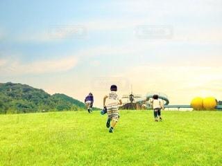 走る子ども達の後ろ姿の写真・画像素材[2981947]
