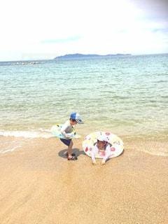 波打ち際で遊ぶ子ども達の写真・画像素材[2981955]