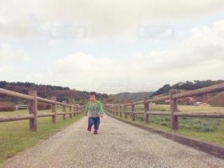走る幼児の写真・画像素材[2981964]