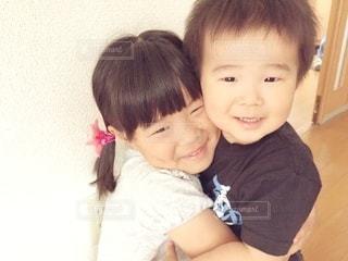 カメラに向かって微笑む小さな子供たちの写真・画像素材[2981961]