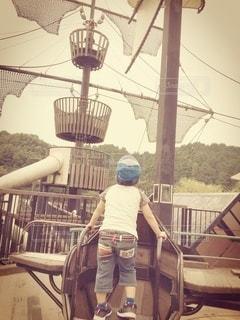 公園で遊ぶ男の子の後ろ姿の写真・画像素材[2997326]