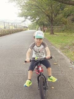 ストライダーで遊ぶ男の子の写真・画像素材[3000052]