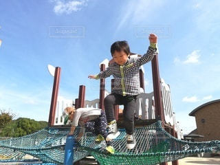 空中に飛び込む少年の写真・画像素材[3000055]