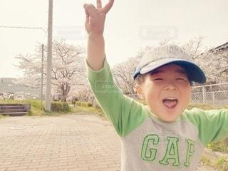 桜並木を走る男の子の写真・画像素材[3034082]