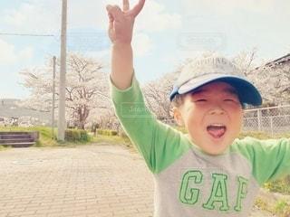 子ども,1人,風景,空,花,春,桜,木,屋外,帽子,花見,桜並木,お花見,人,笑顔,イベント,地面,幼児,少年,若い,春休み