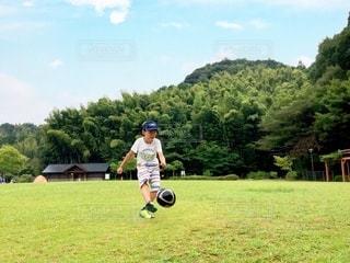 野原でサッカーの練習の写真・画像素材[3092421]