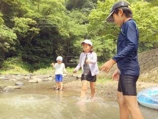 川遊びする子どもたちの写真・画像素材[3636274]
