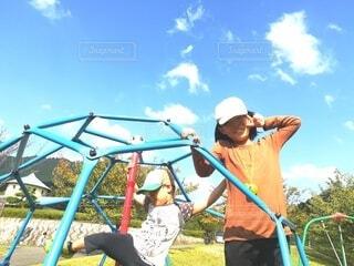 ジャングルジムで遊ぶ子ども達の写真・画像素材[4121786]