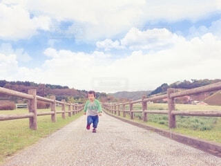 走る男の子の写真・画像素材[4134321]