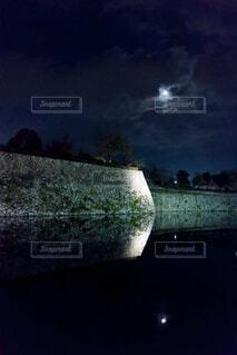 お堀の逆さ月の写真・画像素材[3727012]
