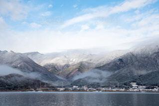 冬山と湖の写真・画像素材[4140338]
