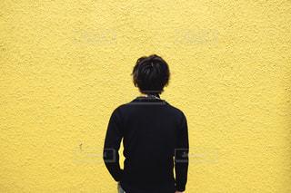 壁の前に立つ男の写真・画像素材[2982286]