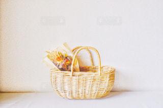 花束を入れたバスケットの写真・画像素材[2988056]