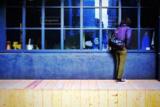 窓の前に立つ人の写真・画像素材[2998927]