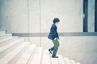 階段を降りる男性の写真・画像素材[3029922]