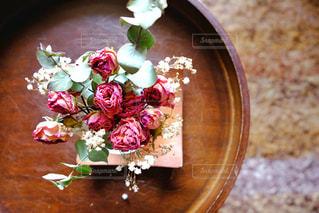 テーブルの上に花の写真・画像素材[3084745]