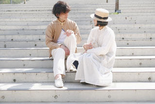 階段に座るカップルの写真・画像素材[3113871]