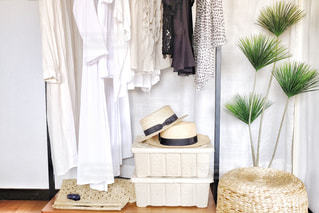 ファッション,インテリア,夏,ワンピース,帽子,日常,洋服,麦わら帽子,生活,ライフスタイル,収納,スツール,衣替え,整理整頓,トップス,ハンガーラック,収納ボックス