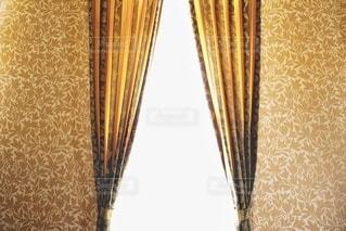 黄色い壁とカーテンの写真・画像素材[3337048]