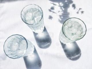 飲み物,インテリア,水,影,氷,ガラス,光,テーブル,コップ,涼しい,食器,グラス,ドリンク,ライフスタイル,水分補給