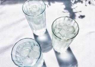 グラスに浮かぶ氷の写真・画像素材[3488908]