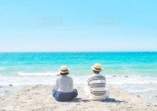 海を眺める二人の写真・画像素材[3555062]