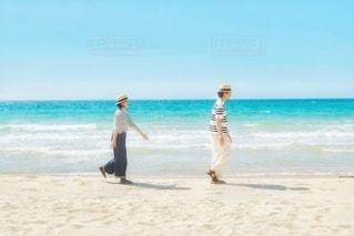 浜辺を歩くふたりの写真・画像素材[3555092]