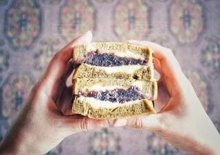 食べ物,手,パン,手持ち,おやつ,サンドウィッチ,人物,おいしい,ポートレート,俯瞰,ライフスタイル,手元,あんこバターサンド