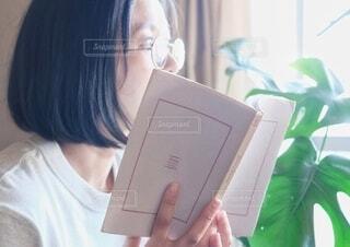 読書をしている女性の写真・画像素材[3690782]