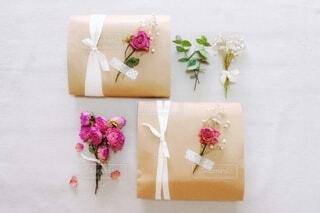 ミニ花束とプレゼントの写真・画像素材[3923491]