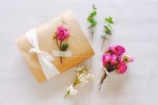 ドライフラワーとプレゼントの写真・画像素材[3923499]