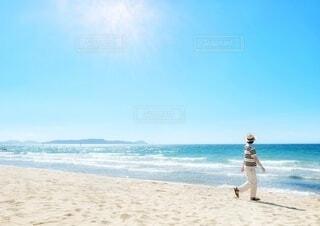 美しい海と浜辺を歩く男性の写真・画像素材[4095292]