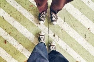 ふたりの足元の写真・画像素材[4195700]