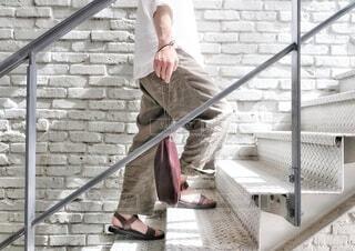 階段を登る男性の写真・画像素材[4638588]