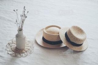 ふたつの麦わら帽子の写真・画像素材[4750729]