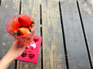 グラスに入った真っ赤なイチゴの写真・画像素材[2932606]