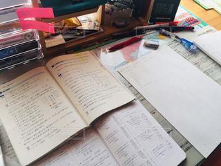 机の上の本の写真・画像素材[2973649]